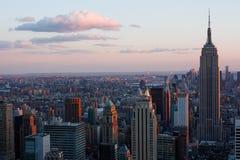 Manhattan horisont på solnedgången Arkivbilder