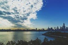 Manhattan horisont som beskådas från Hoboken med dramatisk himmel Royaltyfri Bild