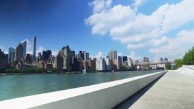 Manhattan horisont som upprättar skottet som sett från Franklin D Roosevelt Four Freedoms Park stock video
