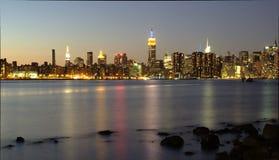 Manhattan horisontsikt från Brooklyn efter solnedgång Arkivbilder