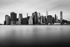 Manhattan i stadens centrum horisont i den molniga dagen, svartvita färger Royaltyfri Fotografi
