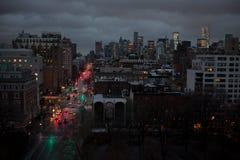 Manhattan i stadens centrum sikt på natten med trafikljus royaltyfri bild