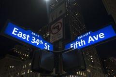 Manhattan iluminou os sinais de rua azuis e brancos Imagens de Stock Royalty Free