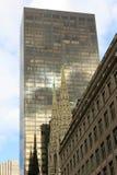 Manhattan-Kontrast-Kathedrale und Wolkenkratzer lizenzfreie stockfotografie