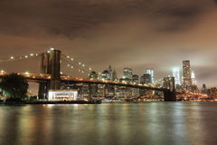 Manhattan la nuit Photos libres de droits