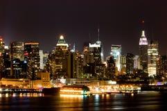 Manhattan la nuit Photographie stock libre de droits