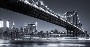 Manhattan linia horyzontu i Manhattan most Przy nocą Zdjęcia Royalty Free
