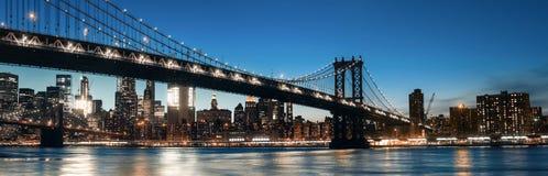 Manhattan linia horyzontu i Manhattan most Przy nocą Zdjęcia Stock