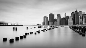 Manhattan linia horyzontu przy chmurnym dniem, czarny i biały fotografia, Nowy Jork Zdjęcia Royalty Free