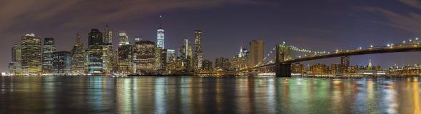 Manhattan linia horyzontu przy nocą, Miasto Nowy Jork panoramiczny obrazek Zdjęcie Stock