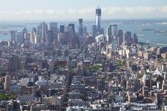 Manhattan med friheten står hög. Arkivbilder