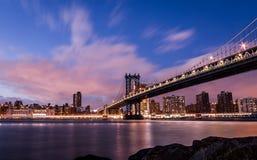 Manhattan most i Manhattan linia horyzontu przy zmierzchem - Nowy Jork, usa Zdjęcie Stock