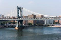 Manhattan most krzyżuje Wschodnią rzekę w Nowy Jork Obraz Stock