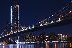 Manhattan mostu Nighttime fotografia royalty free