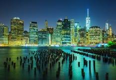 Manhattan nachts lizenzfreie stockbilder