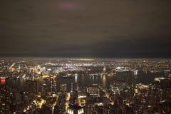 Manhattan natt - New York - Vue de l& x27; byggnad för väldetillstånd Royaltyfri Fotografi
