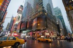 Manhattan nebbiosa - Times Square vicino di traffico di notte, New York, Midtown, Manhattan New York, unisce gli stati fotografia stock