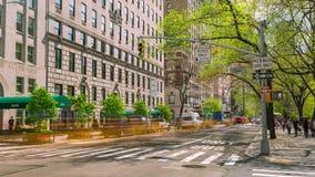 Manhattan New York City, rörelse för tvärgata för timelapse för USA biltrafik arkivfilmer