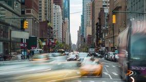 Manhattan New York City, rörelse för tvärgata för timelapse för USA biltrafik, snabb körning stock video