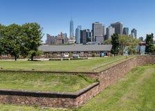 Manhattan New York City som ses från fortnötskrika på regulatorön Royaltyfria Bilder