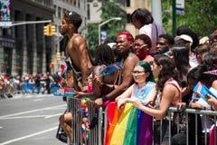 Manhattan, New York, em junho de 2017: audiências em Pride Parade alegre fotos de stock