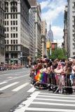 Manhattan, New York, em junho de 2017: espera das audiências para Pride Parade alegre fotografia de stock