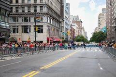 Manhattan, New York, em junho de 2017: estrada fechado para Pride Parade e as audiências alegres fotografia de stock royalty free