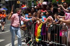 Manhattan, New York, em junho de 2017: um homem em Pride Parade e nas audiências alegres foto de stock