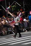 Manhattan, New York, em junho de 2017: uma parte de Pride Parade e das audiências alegres foto de stock