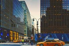 Manhattan New York gata på skymning, östlig 42nd st Fotografering för Bildbyråer
