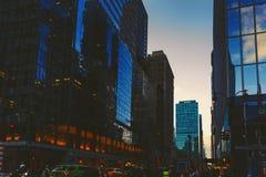 Manhattan New York gata som presenterar skyscapers Royaltyfria Foton