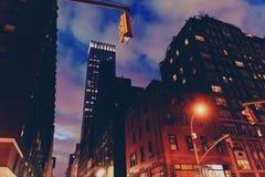 Manhattan New York gata som presenterar skyscapers Arkivfoto
