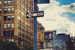 Manhattan New York gatatecken med byggnadsbokeh Royaltyfria Bilder