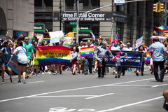 Manhattan, New York, giugno 2017: Pride Parade gay con le insegne dell'arcobaleno Fotografia Stock Libera da Diritti