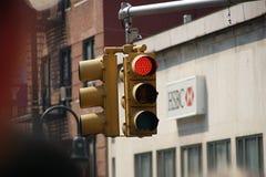 Manhattan, New York, New York - 10 giugno 2009 Semaforo di colore rosso con la costruzione della Banca di HSBC nei precedenti fotografie stock libere da diritti