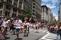 Manhattan, New York, im Juni 2017: Linie homosexuellen Pride Parades mit blauem Himmel Stockfoto