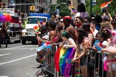 Manhattan, New York, juin 2017 : attente de beaucoup de personnes Pride Parade gai Images libres de droits
