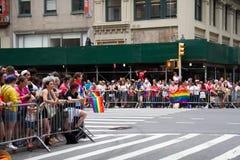Manhattan, New York, juin 2017 : beaucoup d'assistances sur le piéton pour Pride Parade gai photos libres de droits