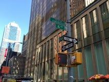 Manhattan New York, Juni 25, 2016: tecken och byggnad på avenyn av Americasna Royaltyfri Bild
