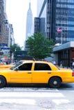 Manhattan New York 8th Av gula taxitaxi USA Royaltyfria Bilder