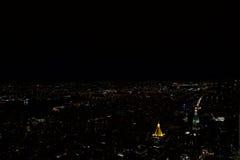 Manhattan - New York - Vue-depuisl& x27; byggnad för väldetillstånd de nuit Royaltyfri Bild