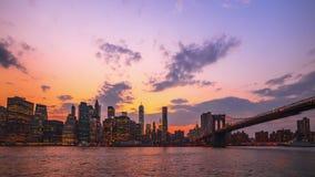 Manhattan no East River do dia ao timelapse da noite video estoque