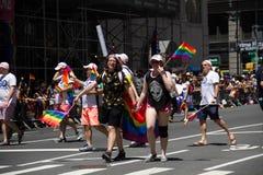 Manhattan, Nowy Jork, Czerwiec, 2017: część Homoseksualnej dumy parada z tęczy flaga Obraz Royalty Free