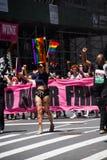 Manhattan, Nowy Jork, Czerwiec, 2017: różowy sztandar w Homoseksualnej dumy paradzie Zdjęcie Stock