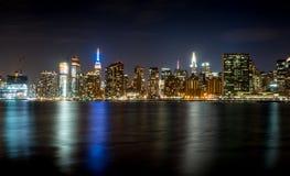 Manhattan, Nowy Jork linia horyzontu przy nocą fotografia stock