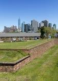 Manhattan NYC som ses från fortnötskrika på regulatorön Royaltyfri Foto