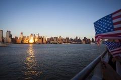 Manhattan och Amerika sjunker sett från Hudson River på självständighetsdagen Royaltyfri Foto