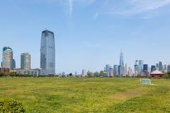 Manhattan och Jersey City horisonter från Liberty State Park Royaltyfri Bild