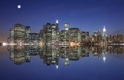 Manhattan onder het maanlicht Stock Foto