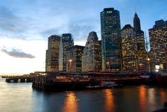 Manhattan på skymningen. Arkivbilder